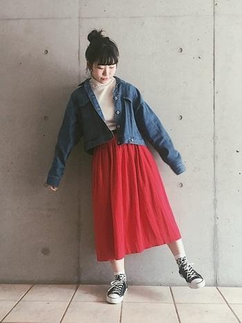 赤いシフォンスカートにデニムジャケットもばっちり合いますね。足元にスニーカーを取り入れてカジュアルスタイルに。コーデによってカジュアルにもエレガントにも着こなせるアイテムです。