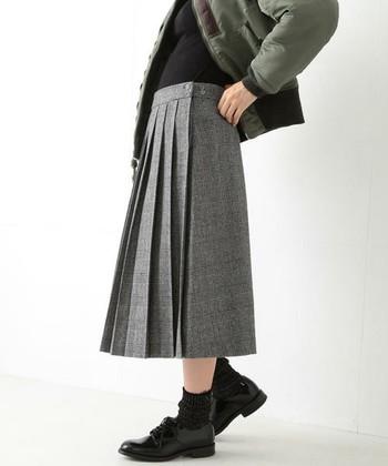 片側がプリーツ、反対側はフラットの二面性が面白いスカートです。男の子みたいなジャンパーやシューズと組み合わせると、お行儀のよいレトロさが強調されます。