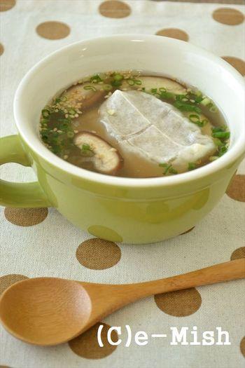お雑煮に飽きてきたら、スープの味を変えてみましょう。鶏肉や豚肉を入れてさらにボリュームアップさせればさらに食べ応え満点に。