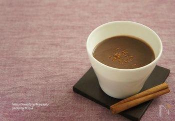 牛乳、クリーム、砂糖、ホイップした卵で作られている「エッグノッグ(eggnog)」は、温かいミルクシェイクのような味。ブランデーなどを加えてカクテルとしても飲まれます。豆乳で作るのもヘルシーでいいですね。