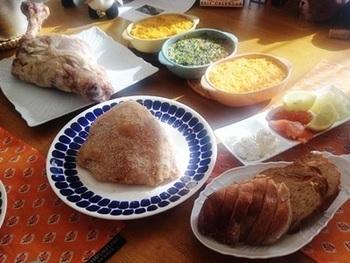 フィンランドのクリスマスは、豚ハム「ヨウルキンク(joulukinkku)」がメイン。厚切りにしたハムに、マスタードをつけて食べるのがポピュラーな食べ方です。