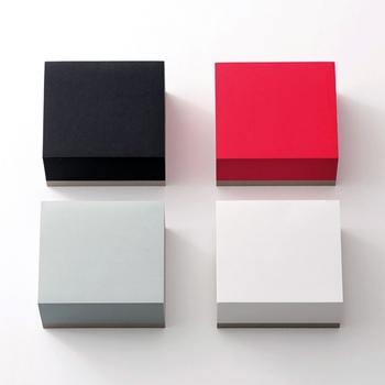 かっちりとしたデザインで存在感があり、机の上に置いても映えるブロックメモ。書いたら剥がしていくシンプルなタイプです。イトウバインダリーのブロックメモは、正方形の他にも長方形などいろいろなサイズと形があるので、用途によって使い分けることもできます。