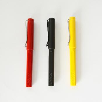 外出するときも、筆記具とメモ類はセットにしておくのがベスト。ほとんどのペンにはクリップが付いていますが、メモに挟んでおいても落ちてしまうようなことも多いですよね。その点このラミーのボールペンなら、クリップがしっかりしているので気持ちよく挟まって落ちることがありません。