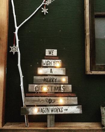 いくつになってもワクワクするクリスマス♪ 今年は、手作りのツリーを飾ってみませんか? 植木鉢よりも省スペースで飾れるすのこツリーは、ライトアップで豪華に☆