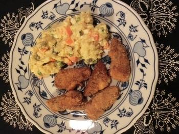 チェコのクリスマス料理といえば鯉のフライ「スマジェニー・カプル(Smažený kapr)」。ポテトサラダを添えるのが一般的です。淡水魚が苦手な方はブリなどの海水魚を使用するのもいいですね。