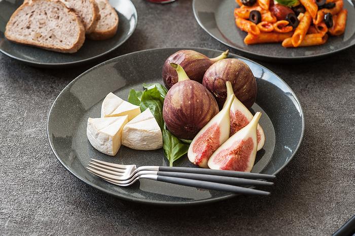 フィンランドを代表するデザイナーのカイ・フランクデザイン、iittala(イッタラ)の「ティーマプレート」。オーブンやレンジ、それに冷凍保存までできるので、どんなおもてなしメニューにも対応できます。カラーが豊富なのも嬉しいですね。