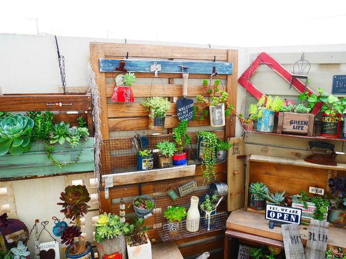 折り曲げた金網のラック、ハンギング用のフックなど、飾りたい鉢植えの種類や大きさに合わせて自由にレイアウト♪  ガーデニングが楽しくなるにぎやかな色使いがステキです。