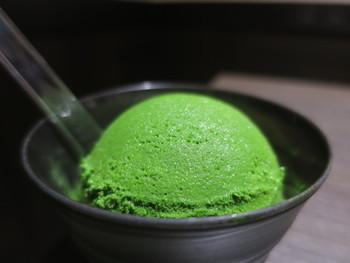 とても濃い緑の「世界一濃い抹茶ジェラート」ですが、濃厚な抹茶の風味とすっきりとした甘みがクセになる一品。普段食べている抹茶アイスやジェラートとは全く違う、まさに本物の抹茶ジェラートです。7段階の濃さがあるので、それぞれ食べ比べてみるのも良いですね。ほうじ茶ジェラートや玄米茶ジェラートもおすすめですよ。