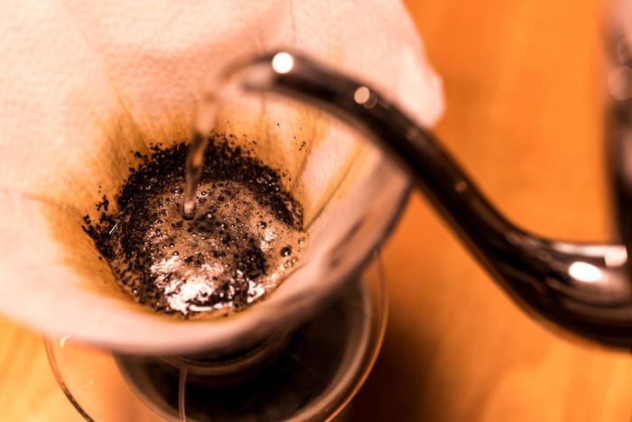 使用するカップやドリッパーは、あらかじめお湯で温めておきましょう。お湯は95度が最適。ブクブクと沸騰したら火を止め、ブクブクが自然と収まったら適温になった目安です。 最初にコーヒーの粉全体に20ccほどのお湯をやさしく注ぎ、そのままゆっくり10数えて蒸らします。