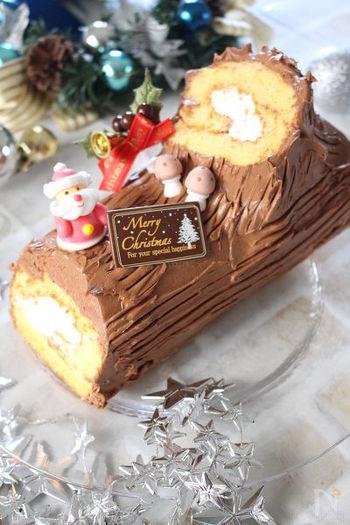 柔らかく焼き上げたスポンジは初心者さんでも巻きやすくて安心です。実際の切り株のように木目を付けるのがブッシュドノエルのポイント!フォークを使って全体に模様を付けましょう。チョコレートのプレートやサンタクロースの飾りつけをプラスすると、お子様も喜んでくれそうですね!出来上がったケーキは、冷蔵庫で冷やして安定させると、より綺麗に仕上がります。