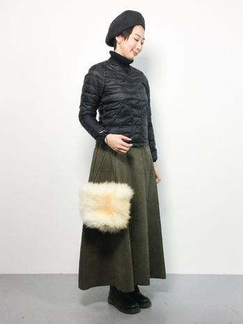 Vネックのダウンジャケットのインナーに、黒のハイネックとカーキのフレアースカートと合わせたシンプルなフェミニンコーデ。ベレー帽と黒のブーツで上品に引き締めています。