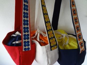 太めのショルダーベルトに施した大きな花柄のチロリアンテープ。ファッションの一部になってくれるデザインは、バッグを肩にかけた時のイメージを想像するだけでワクワクします♪