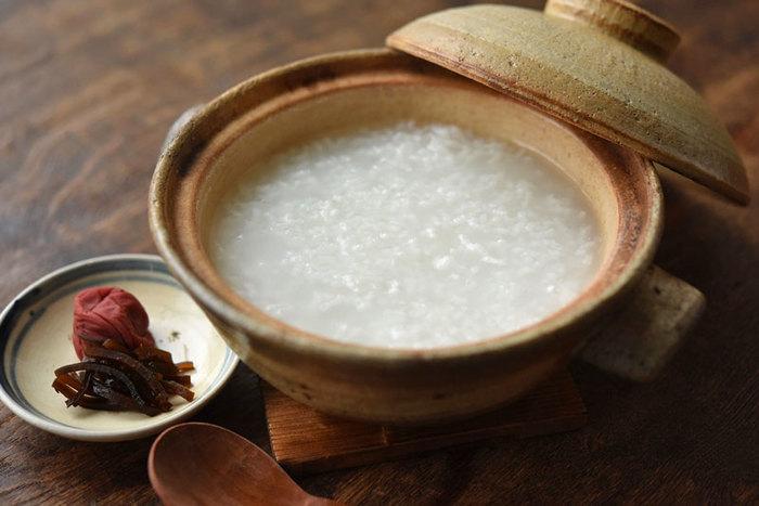基本のお粥は、やはり土鍋で炊くのが一番。お米と水の量を正しく計ることで、お好みのかたさにできます。お米を前もって浸水させておくと、炊く時間は短くできるそうですよ。