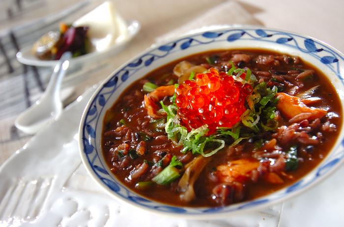 黒米に、鮭、イクラ。見た目も豪華な味噌仕立てのおじや。もちろん、栄養もぎっしり。身体に優しいだけでなく、しっかりとパワーをつけてくれそう♪
