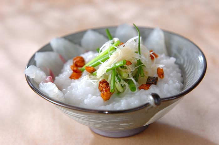 鯛のお造りを使った贅沢なお粥。お茶漬け用のおかき、またはぶぶあられを散らして、カリカリ感を加えます。ごま油の風味も食欲をそそります。