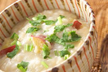 ココナッツミルク風味の東南アジア風のお粥。クリーミーな味わいに、ほっくり甘いさつまいもがよく合います。エスニックですから、やはりパクチーもぜひ。意外にも、少しだけ加えるしょうゆがいいバランスを生みます。