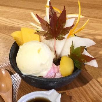 和菓子である大福もフルーツやチョコレート、生クリームが入っているものは和スイーツになり、和菓子のあんみつもアイスクリームやソフトクリームが入っているもの、フルーツがふんだんに使われ、見た目もかわいらしいものは和スイーツとなります。ここではパフェやジェラートなど抹茶を使った「和スイーツ」をご紹介します。