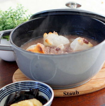 1年の健康を願って、小正月に食べる「小豆粥」。栄養価も高く色合いもきれいで、冬中楽しみたいお粥です。密閉性の高いホーロー鍋なら、小豆はそのまま入れればOKですが、普通の鍋ならゆで小豆(無糖)を使いましょう。
