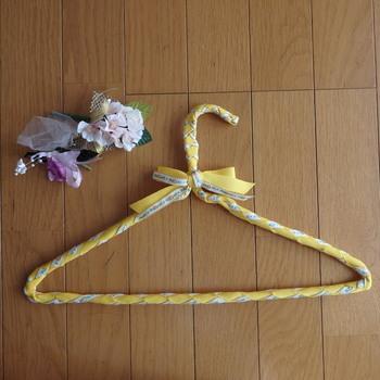 リボンとチロリアンテープをハンガーに編み込んであるので、お気に入りの洋服が滑り落ちることもありません。 服をかけていない時にも、お部屋のアクセントになりますね♪
