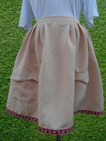 淡いピンクのスカートは、柔らかな女性らしいイメージ。ところが、裾にチロリアンテープでインパクトをつけることで、カジュアルな雰囲気に変身!