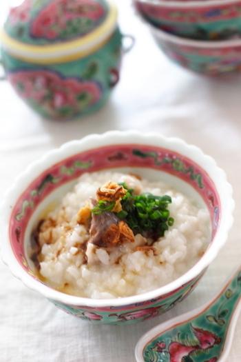 肉骨茶は、シンガポールやマレーシアで親しまれているローカルフード。スペアリブをスパイスとともに煮込んだ、香り高い味わいの料理です。そんな肉骨茶をヒントに作られたお粥がこちら。スペアリブはクローブを刺して圧力鍋で煮込んでいますので、身離れもよくホロホロに。