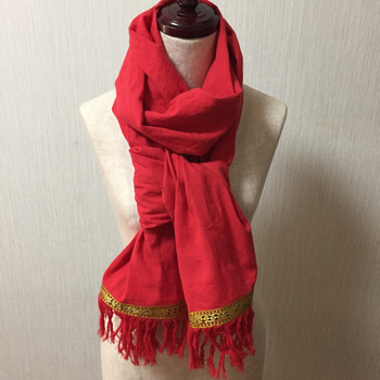裾に縫い付けた本場インド産の手織りチロリアンテープ。真っ赤なストールにゴールドのアクセントがとっても豪華♪