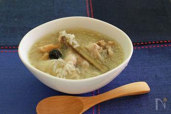 本来は丸鶏や中華食材を使ってコトコト煮込む韓国のサムゲタン(参鶏湯)ですが、鶏手羽元+圧力鍋で、手軽にサムゲタン風のお粥に。身近な骨付き肉・手羽元から出るうまみで、身体にしみわたるような滋味深さです。ごぼうや蓮根もほっくりと柔らか。