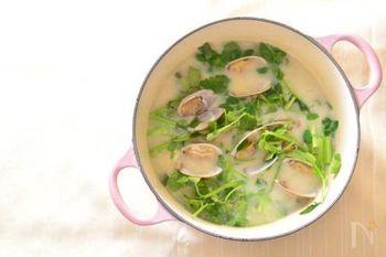 酒粕とお味噌を使って、体も心もぽかぽかに温まるお粥に。あさりから出るうまみもたっぷり。このレシピでは七草を使っていますが、もちろん、小松菜など他の野菜を使って、冬中楽しみたい雑炊です。