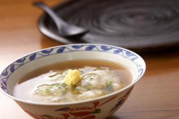 もずくと三つ葉のシンプルなお粥に、黄金色のとろりとしたあんをかけて。とても贅沢な面持ちのお粥で、おもてなしの和食膳などに加えるのもおすすめです。