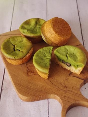 抹茶を使用し甘さ控えめなスイーツも、ホットケーキミックスで作れちゃいます。黒豆を加えることで「和」の雰囲気が強くなるスイーツです。