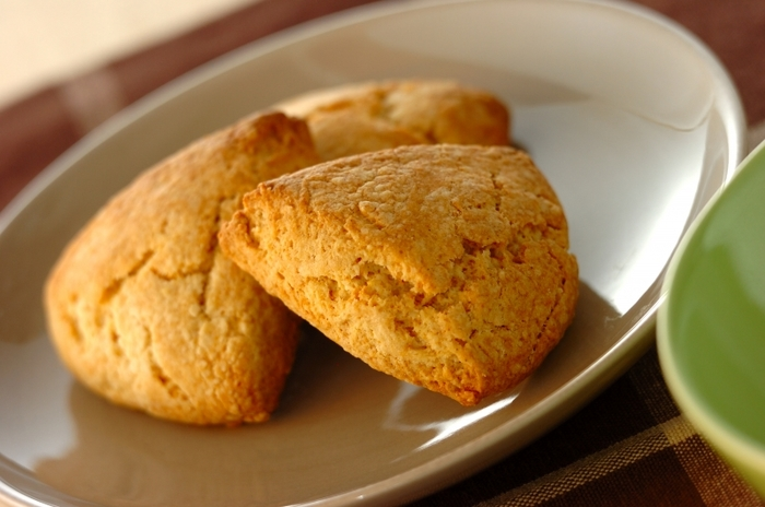 カフェのメニューにありそうな本格的なスコーンも、ホットケーキミックスで簡単に作れます。チョコチップやドライフルーツを使うのもいいですね。