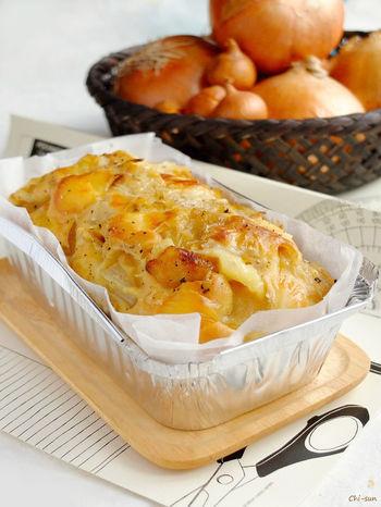 玉ねぎとチーズを合わせたケークサレです。玉ねぎが苦手なお子さんでも美味しく食べられそうです。