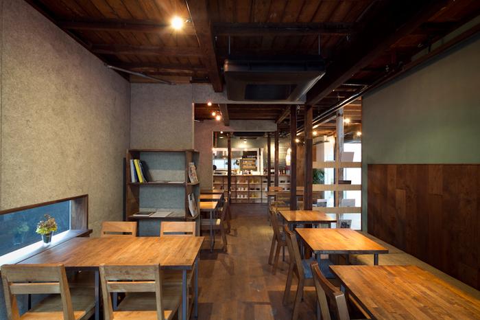木造アパートの面影を残した、「HAGI CAFE」の梁のある天井。古きを活かし現代風のエッセンスを加えたゆったりとした居心地のいい空間で、思わず長居してしまいます。