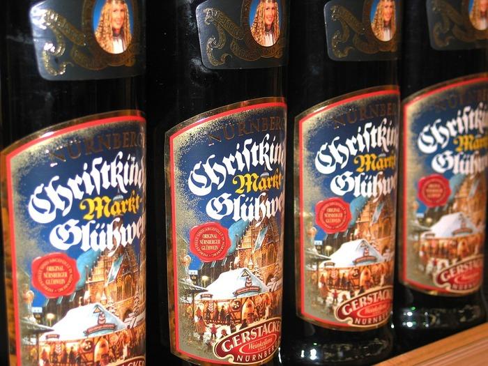 英語圏では「モルドワイン」、ドイツでは「グリューワイン」、北欧では「グレッグ」という名で親しまれている冬のワインカクテルです。  写真はドイツのグリューワインで、おうちでつくるものだけでなく、ボトルに入ったものもポピュラー。
