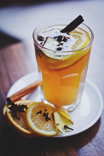 ドライフルーツだけでなく、カットした生のりんごやオレンジを入れるレシピも人気です。
