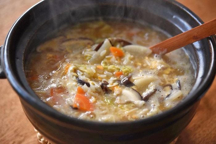 """野菜やきのこをふんだんに使って卵でとじた、栄養満点のおじや。ちなみに本来は、多めの水でお米から炊くのが""""お粥""""で、ご飯を出汁や具とともに煮込んだものを""""雑炊""""や""""おじや""""というそうです。ご飯を洗ってぬめりを取るのをお忘れなく。"""