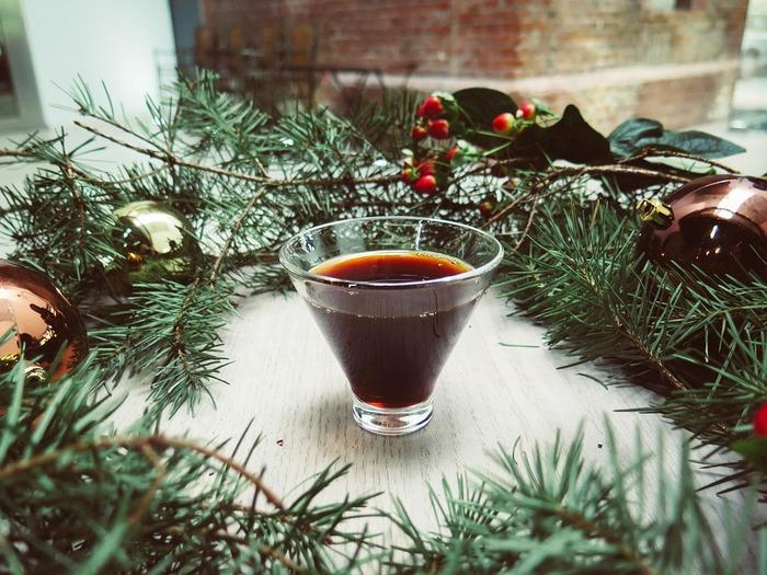 また、ホットワインはクリスマスシーズンの風物詩としても欧米で一般的なドリンク。  クリスマスマーケットが始める11月中旬以降になると、マーケットで必ず販売されているほど。  温めて飲むワインなので、アルコールも少し飛んでおり、普通のワインと比べるとややマイルドな味です。