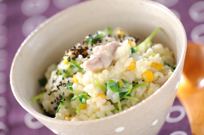 雑穀のきびを使って、豆乳で仕上げたヘルシーお粥。鶏もも肉のコクとうまみも加わって、充実の1杯に。クリーミーで身体がほっこり温まります。あわなどの雑穀でもOK。