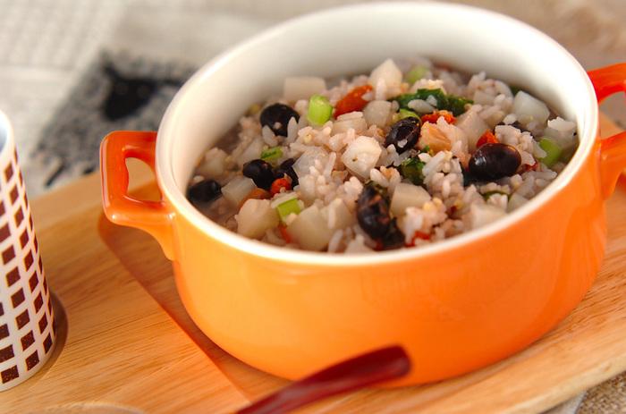 炒り大豆を入れることで香ばしい風味が加わり、食感もよくなります。干し貝柱のうまみもたっぷり。雑穀ご飯を冷凍しておけば、時間のない朝でも簡単にできますね。