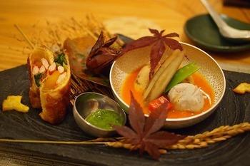 「錦そや」は豆腐屋さん。豆乳の美味しさも折り紙付きです。  コースになっている「豆乳鍋」。前菜や炊き合わせなども、ほっとするような繊細な味わいです。
