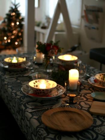 テーブルだけでなく、アンダープレートにもキャンドルを。 たくさんのキャンドルが温もりある灯りをくれます。