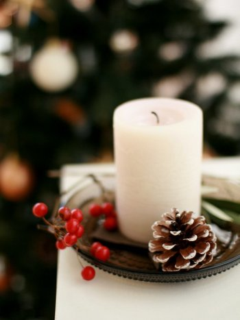 サンキライやまつぼっくりをキャンドルにそっと添えるだけでもクリスマス感はアップ。