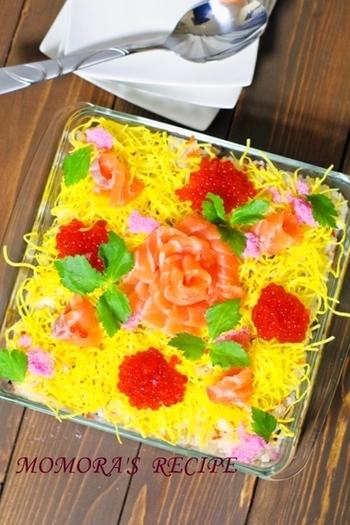 ホームパーティーでお寿司の登場!やっぱり、テンションが上がりますよね♪華やかに飾り付けたちらし寿司を、そのまま楽しめるのも、スコップメニューならでは。お花畑みたいにデコレーションされたお寿司を、上手にすくってくださいね。
