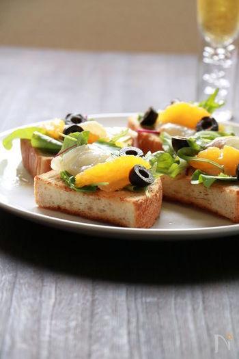 ミニトーストにちょこっとオレンジと鯛をのせたタパスのような一品。  オレンジの酸味と白身魚の組み合わせは鉄板の組み合わせ。 つまみやすく手が汚れにくいのも魅力的なおつまみです。