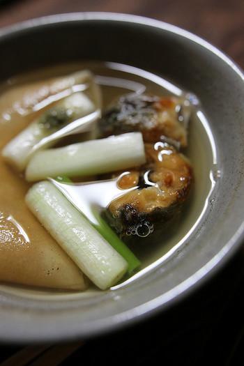 「わらじや」のメニューは「うぞうすい」のコースのみ。  「鰻鍋(うなべ)」には、寒さで甘みの増す「九条葱」と皮目の香ばしい「鰻」が入り、そこに生姜の効いた出汁が合わさって絶妙な味わいに。  「鰻」は焼いてから骨を抜いてあり、身はふっくらと柔らかです。