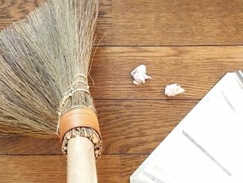 時間がない日は出かけるちょっと前に、ほうきやちり取りでサッとたたきを掃いたり、靴をきちんと並べ直したりするだけでもOK。時間がある日は、靴箱の中や玄関天井のホコリまでしっかり払いましょう。また玄関アプローチも砂や落ち葉が溜まりやすいので、掃除を忘れないようにしてくださいね。