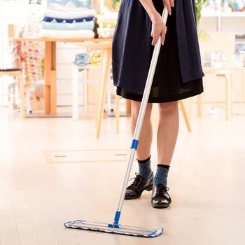 床はモップ掃除をしてピカピカにしましょう。また床にワックスをかけたり、本棚やタンス内にある不用品を断捨離してもいいですね。