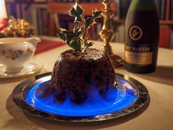 こちらは、クリスマス当日にいただくクリスマスプティング。ナッツやドライフルーツをブランデーと一緒に、ゆっくりと蒸して固めたもので、通常はクリスマスの2か月程度前に作り、大切に保存します。当日はさらにブランデーをたっぷりとかけて、炎を灯してから、じっくり味わいます。