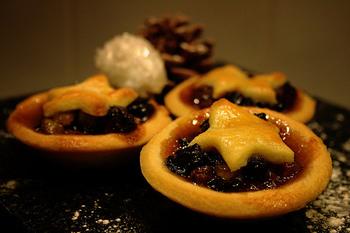 たっぷりのレーズンなどのドライフルーツを詰めて焼いた、ミンスパイ。ずっしりと濃厚です。クリスマスイブの夜のデザートにいただくのが一般的で、ワインとの相性も◎です。