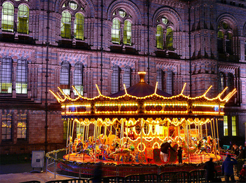 クリスマス前には、街中のいたるところに、メリーゴーランドや観覧車などが現れます。